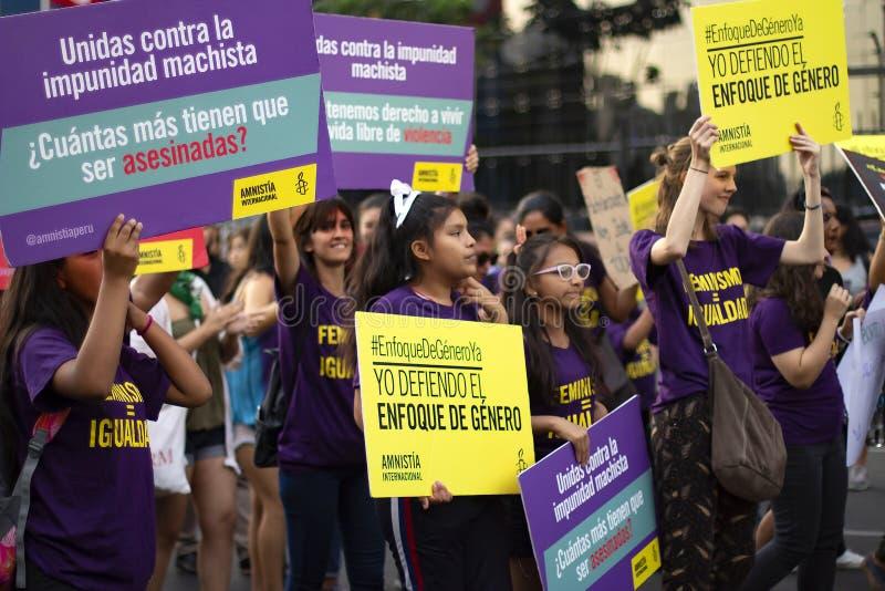 Groupe de filles à la marche pour le jour de la femme image stock