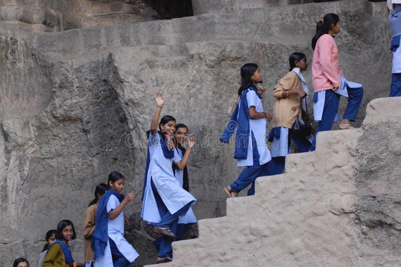 Groupe de filles chez Ellora, Inde photos stock