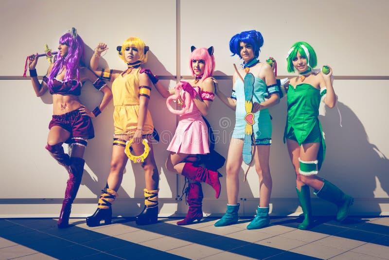 Groupe de filles cosplay de bandes dessinées dans le costume japonais de manga photos stock