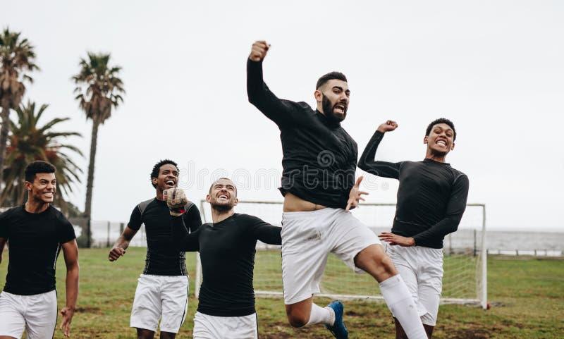 Groupe de footballeurs célébrant la victoire photographie stock libre de droits