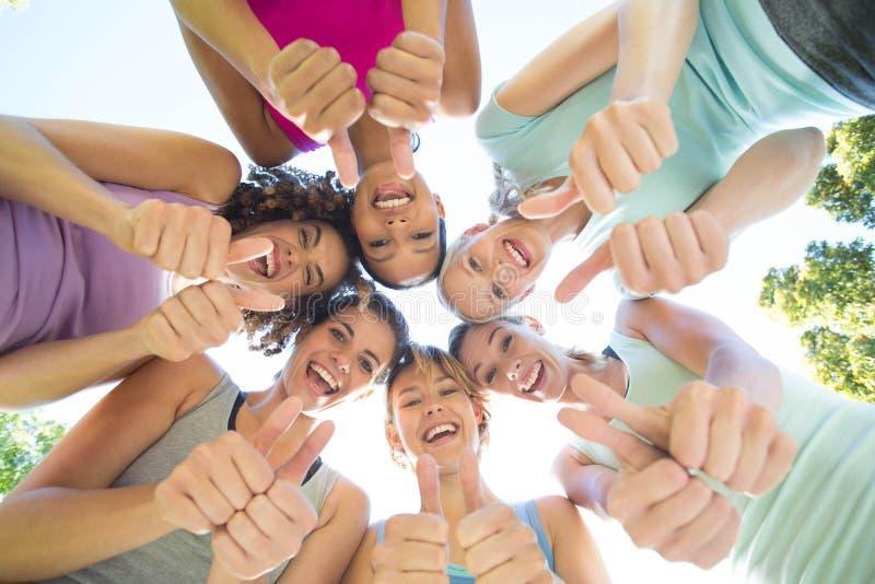 Groupe de forme physique se tenant en cercle photo libre de droits