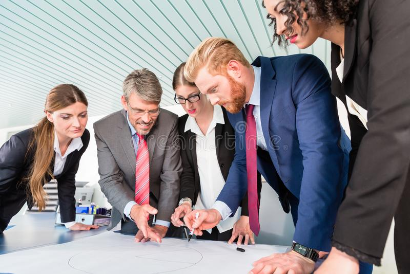 Groupe de gens d'affaires analysant des données images stock