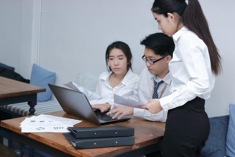 Groupe de gens d'affaires asiatiques collaborant avec l'ordinateur portable sur le lieu de travail du bureau Concept brainstromin photographie stock libre de droits