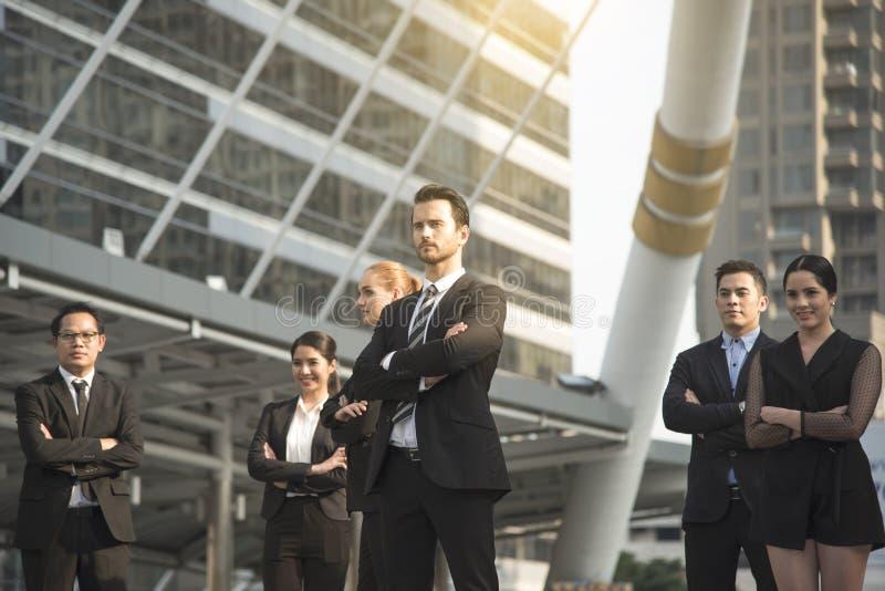 Groupe de gens d'affaires avec l'homme d'affaires pour la direction Concep image libre de droits