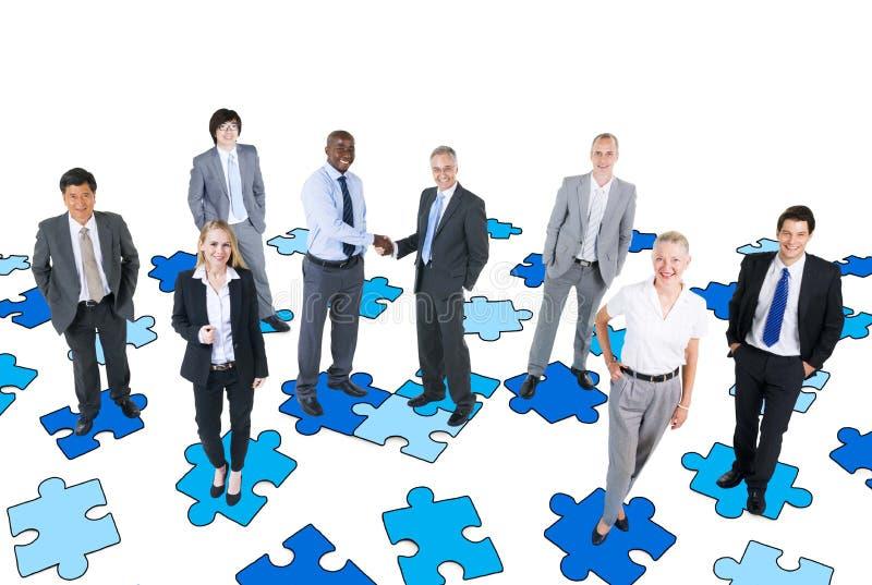 Groupe de gens d'affaires avec le casse-tête photos libres de droits