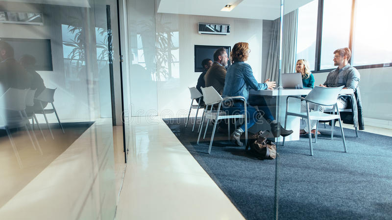 Groupe de gens d'affaires ayant la discussion dans la salle de conférence image stock