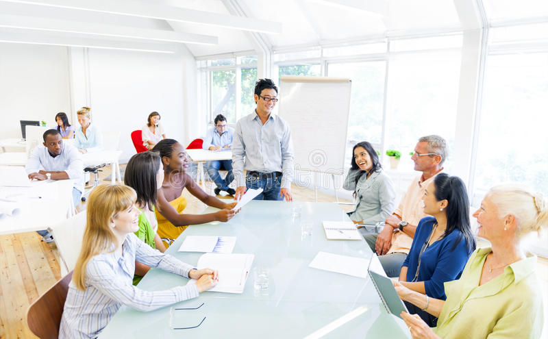 Groupe de gens d'affaires ayant une réunion dans leur bureau images libres de droits