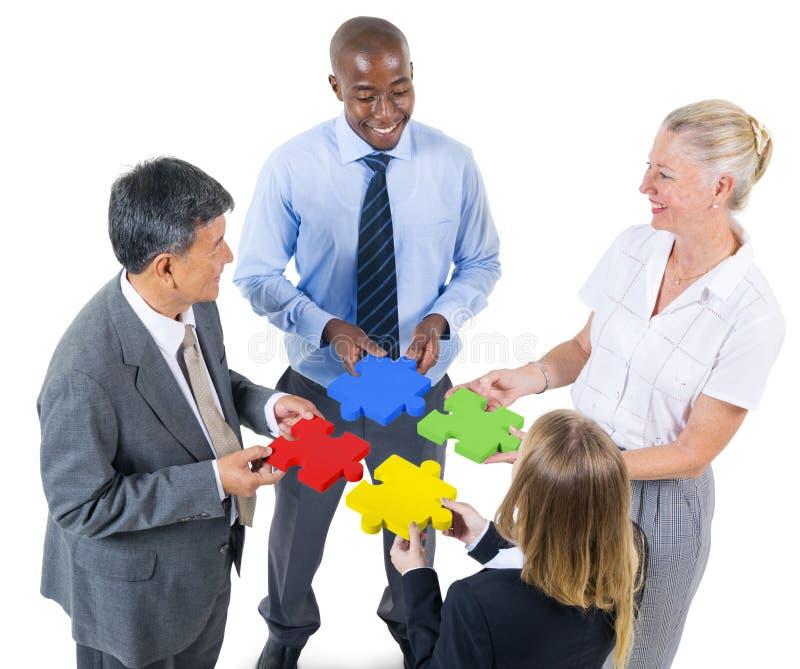 Groupe de gens d'affaires construisant le puzzle image libre de droits