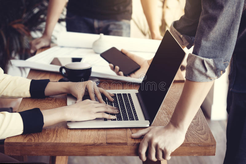 Groupe de gens d'affaires de l'Asie lors de la réunion Concept de jeune entreprise photographie stock