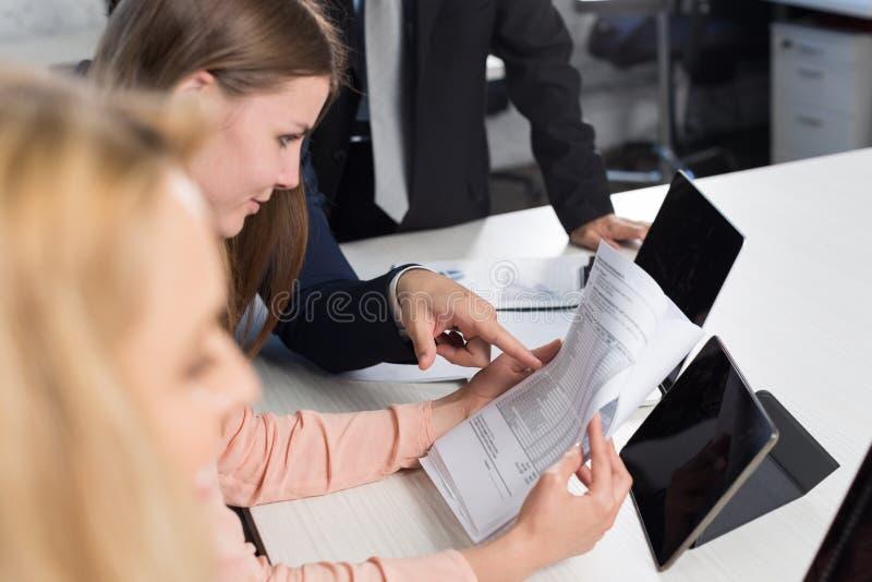 Groupe de gens d'affaires discutant des documents sur la réunion dans le bureau créatif au bureau, concept d'échange d'idées d'ho images stock