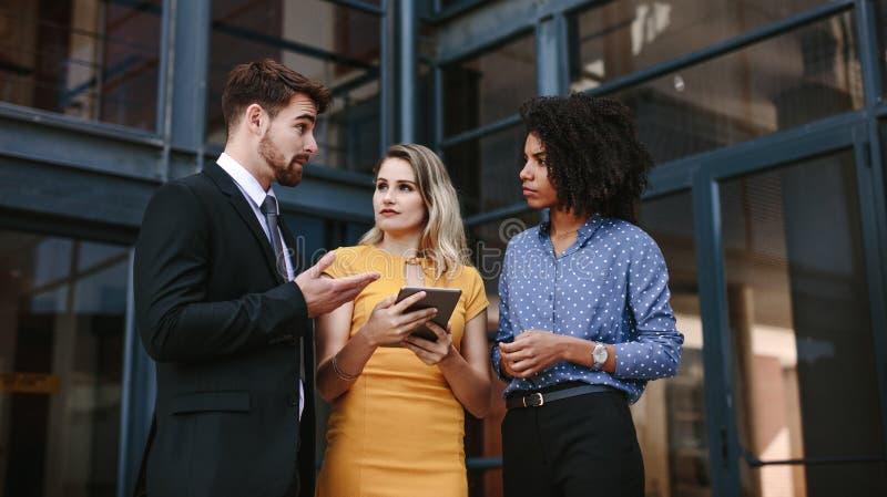 Groupe de gens d'affaires discutant le travail image stock