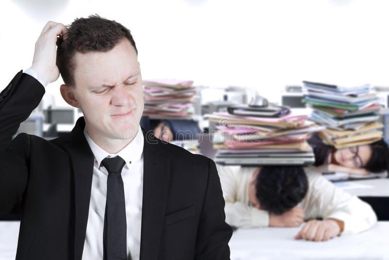 Groupe de gens d'affaires dormant dans le bureau photos libres de droits