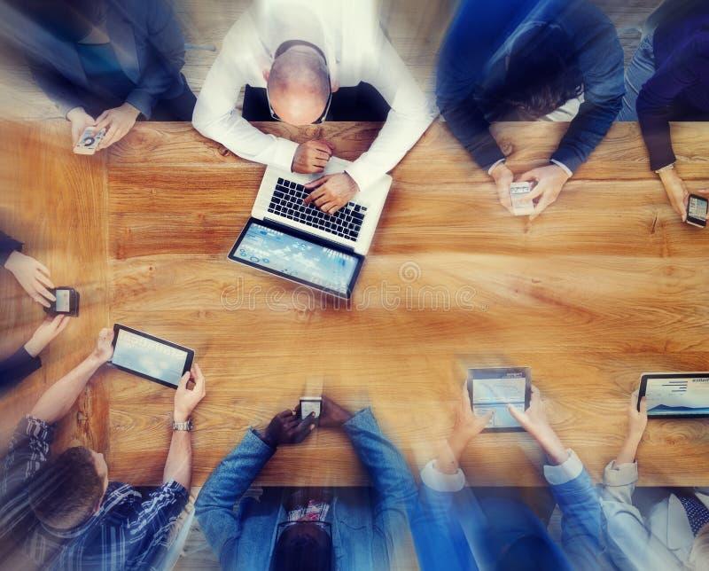 Groupe de gens d'affaires employant le concept de dispositifs de Digital images libres de droits