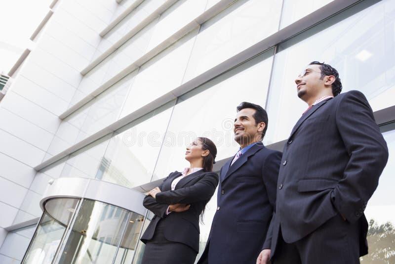 Groupe de gens d'affaires en dehors de bureau photo stock