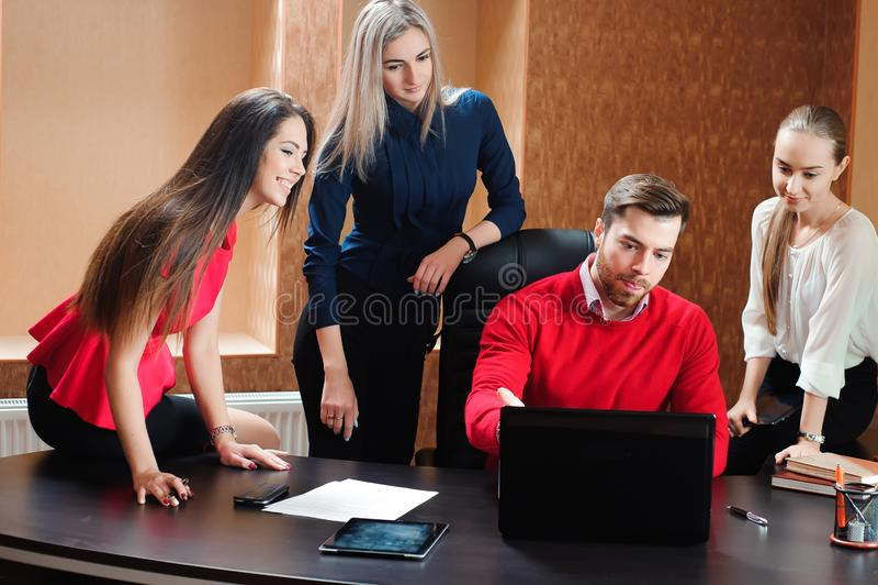 Groupe de gens d'affaires inspirés de sourire travaillant ensemble dans le bureau photo stock