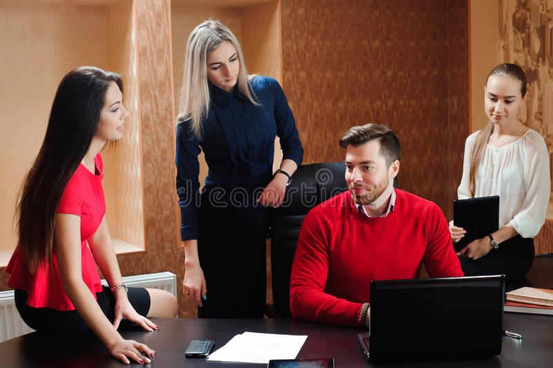 Groupe de gens d'affaires inspirés de sourire travaillant ensemble dans le bureau photographie stock libre de droits