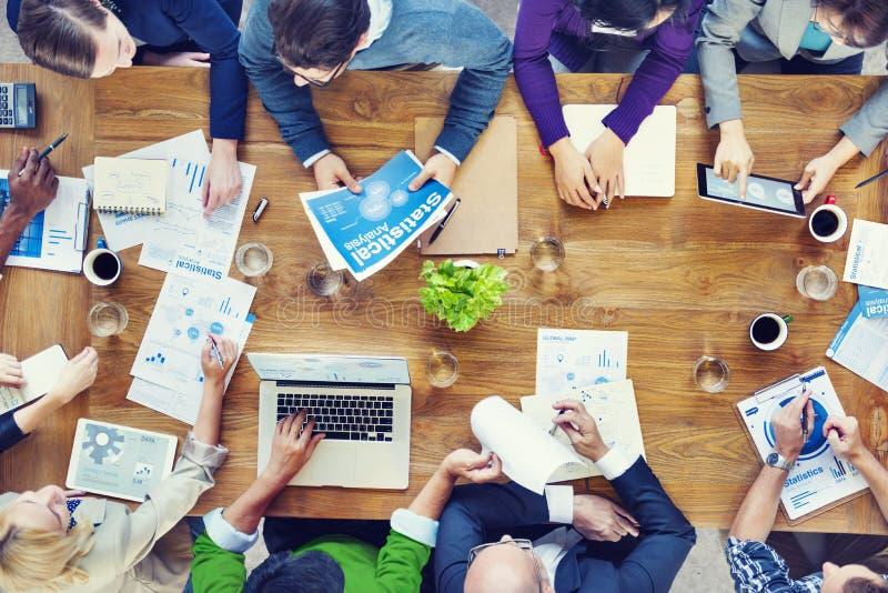 Groupe de gens d'affaires lors d'un contact photo libre de droits