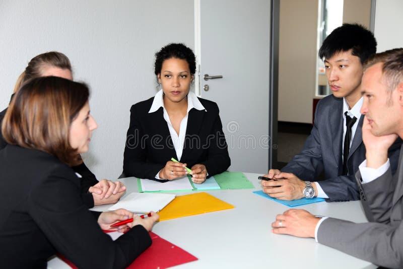 Groupe de gens d'affaires lors d'une réunion photos stock