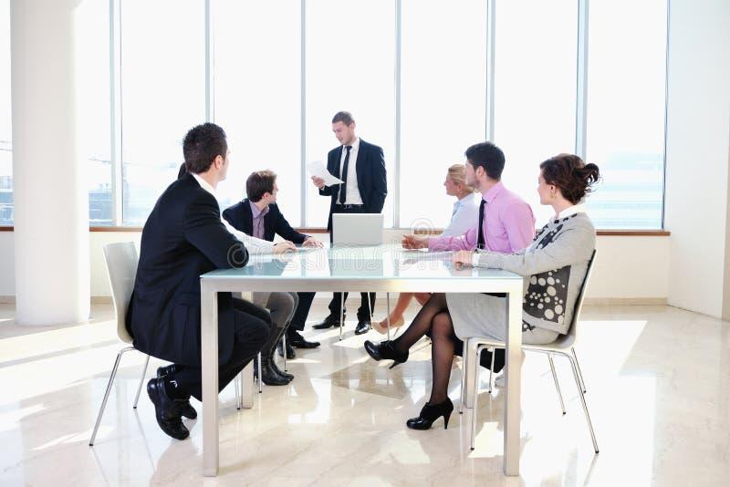 Groupe de gens d'affaires lors du contact images stock