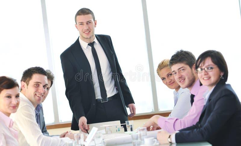 Groupe de gens d'affaires lors du contact images libres de droits