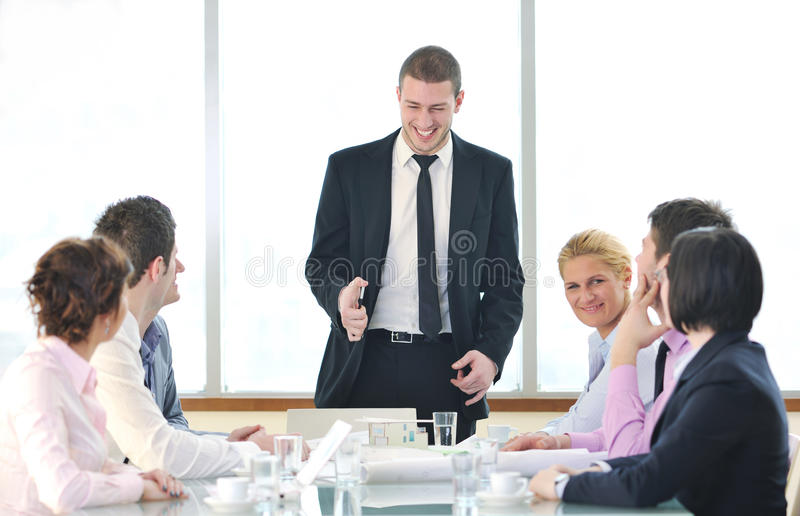 Groupe de gens d'affaires lors du contact image libre de droits