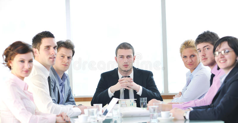 Groupe de gens d'affaires lors du contact photographie stock