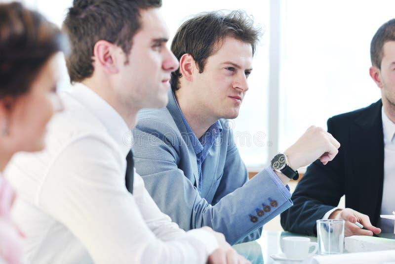 Groupe de gens d'affaires lors du contact image stock