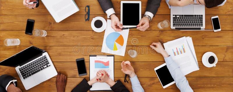 Groupe de gens d'affaires occupés se réunissant dans le bureau, vue supérieure image libre de droits