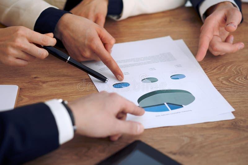 Groupe de gens d'affaires ou d'avocats lors de la réunion, mains en gros plan photographie stock libre de droits