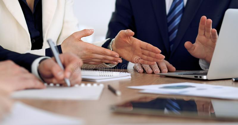 Groupe de gens d'affaires ou d'avocats lors de la réunion, mains en gros plan photos stock