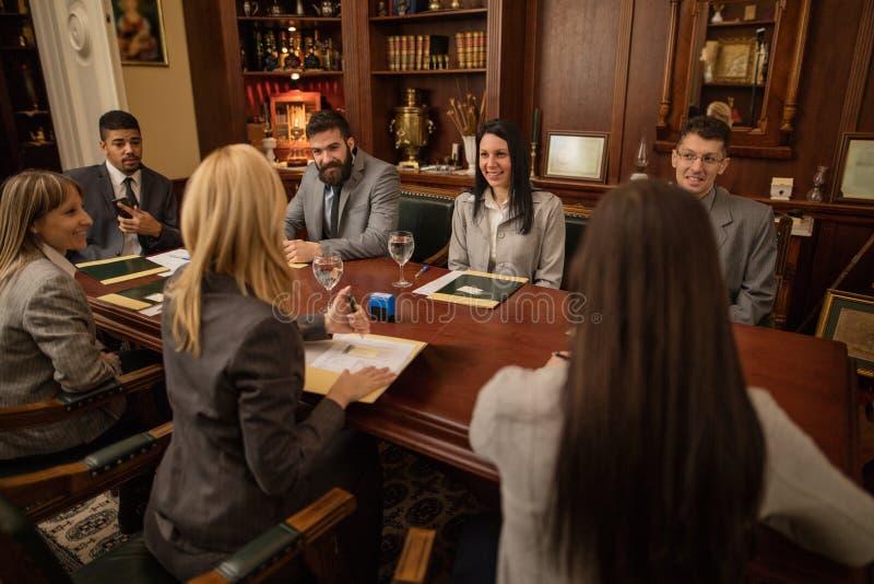 Groupe de gens d'affaires ou d'avocats - réunion dans un bureau images libres de droits