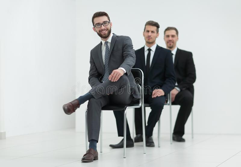 Groupe de gens d'affaires sérieux attendant l'entrevue photo stock