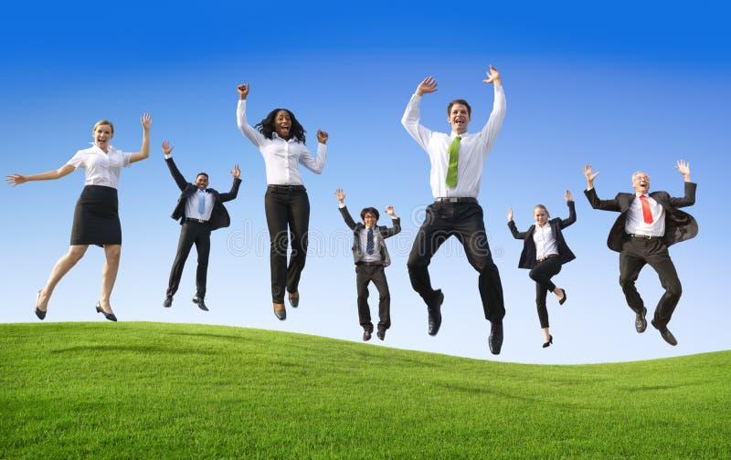 Groupe de gens d'affaires sautant sur la colline images libres de droits