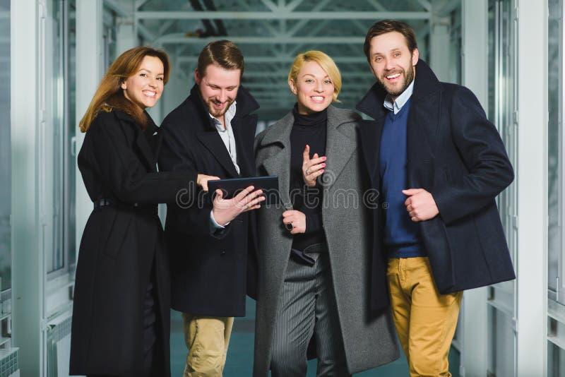 Groupe de gens d'affaires se réjouissant la transaction de succès en lobby photos stock
