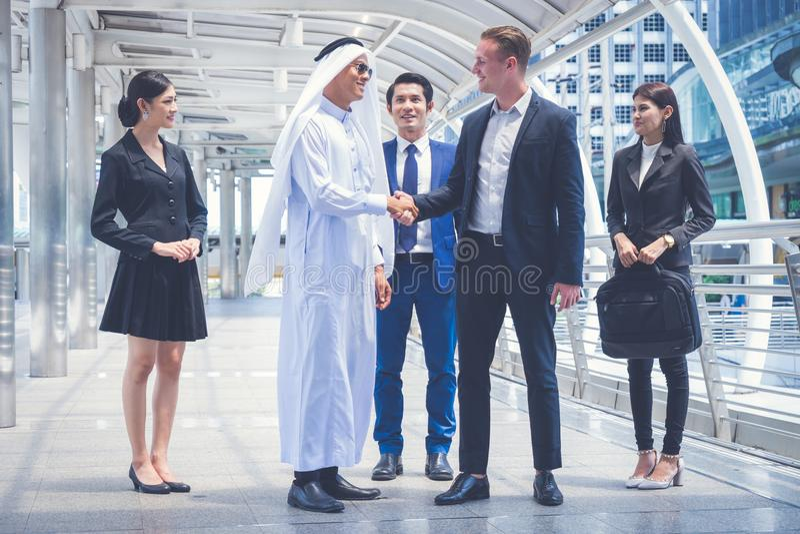 Groupe de gens d'affaires se tenant dans la ville et discutant des idées pour l'avenir d'affaires culture multi des gens d'affair image stock