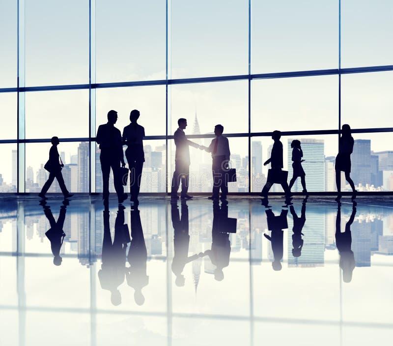 Groupe de gens d'affaires se tenant dans un immeuble de bureaux photos stock
