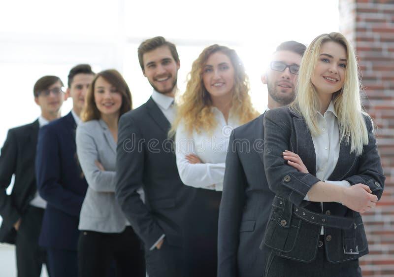 Groupe de gens d'affaires se tenant dans une rangée image stock