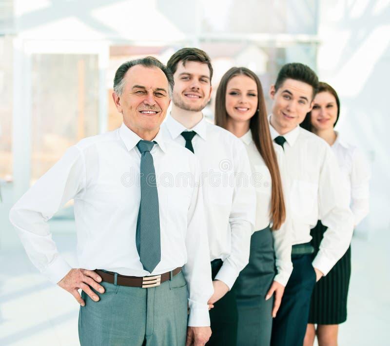 Groupe de gens d'affaires se tenant dans une rang?e image stock