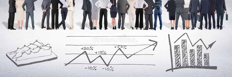 Groupe de gens d'affaires se tenant devant des dessins de diagrammes de représentation de statistiques images stock