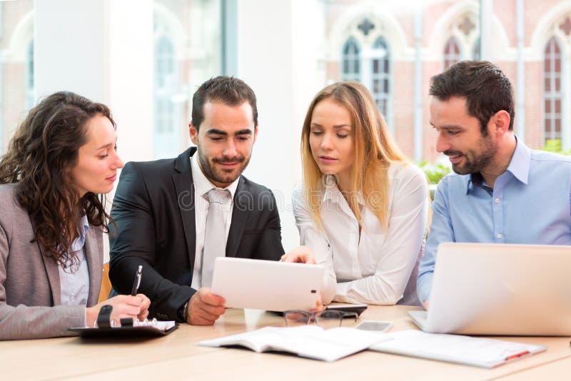 Groupe de gens d'affaires travaillant ensemble au bureau photo libre de droits