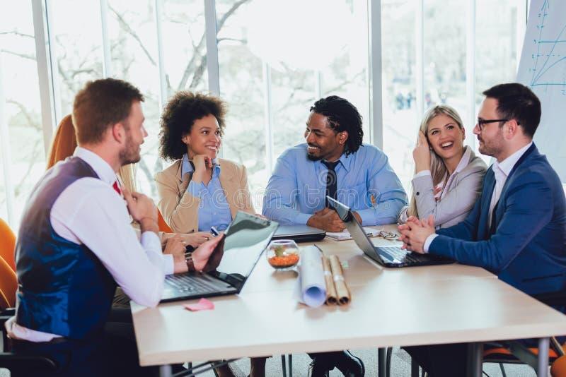 Groupe de gens d'affaires travaillant ensemble dans le bureau cr?atif images libres de droits