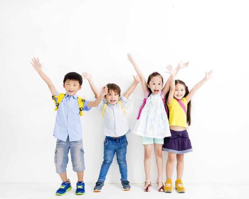 Groupe de gosses de sourire heureux photographie stock libre de droits