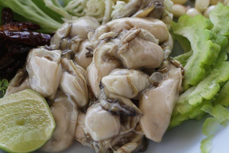 Groupe de grandes huîtres Pacifiques fraîches crues décorées/fin vers le haut d'animal de gelée au restaurant de fruits de mer, h image stock