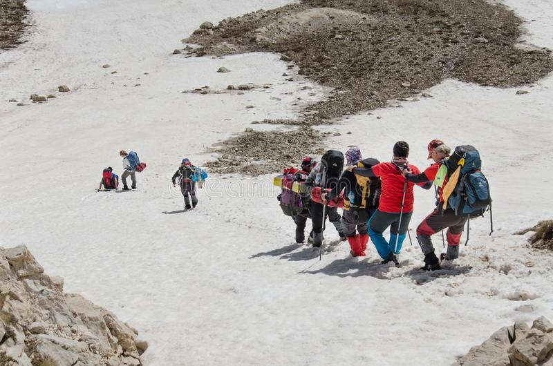 Groupe de grimpeurs descendant du sommet images stock