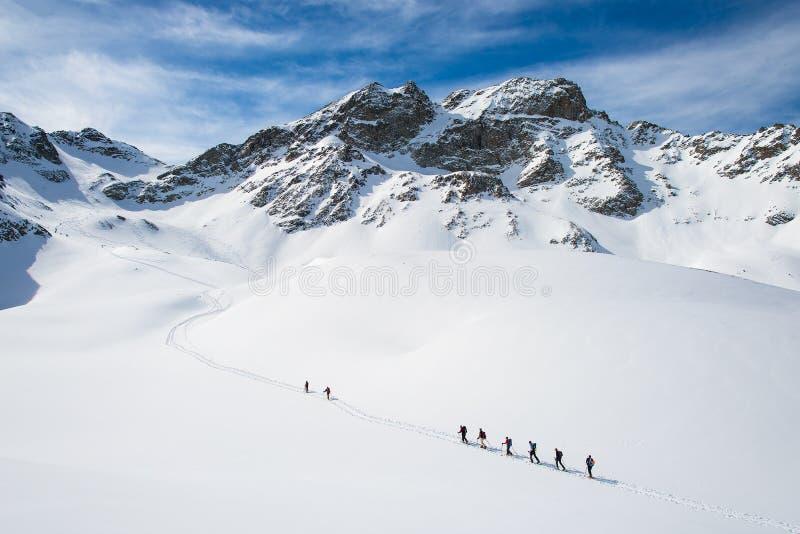 Groupe de grimpeurs roped au sommet photographie stock