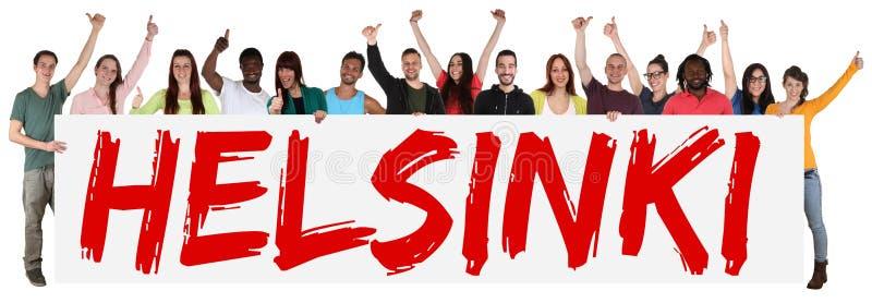 Groupe de Helsinki de jeunes ethniques multi tenant la bannière images stock