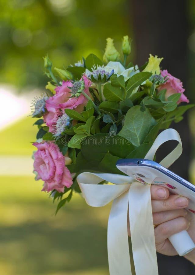 Groupe de jeune mariée de roses de fleurs image stock