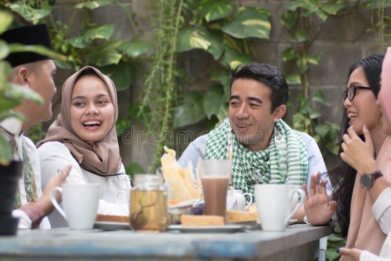 Groupe de jeune musulman heureux dînant extérieur pendant le Ramadan images libres de droits