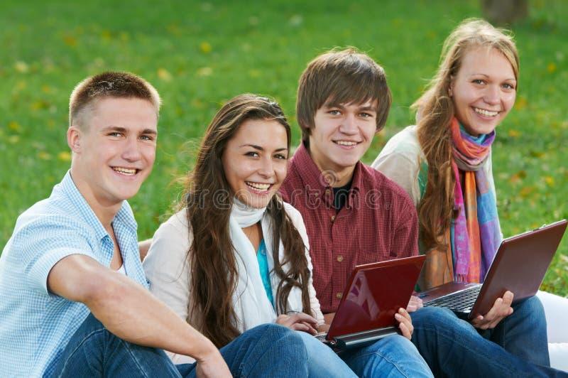 Groupe de jeunes étudiants de sourire à l'extérieur images libres de droits