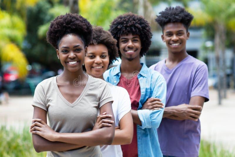 Groupe de jeunes adultes d'afro-américain dans la ligne image stock